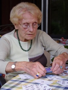 Ältere Dame beim Karten sortieren
